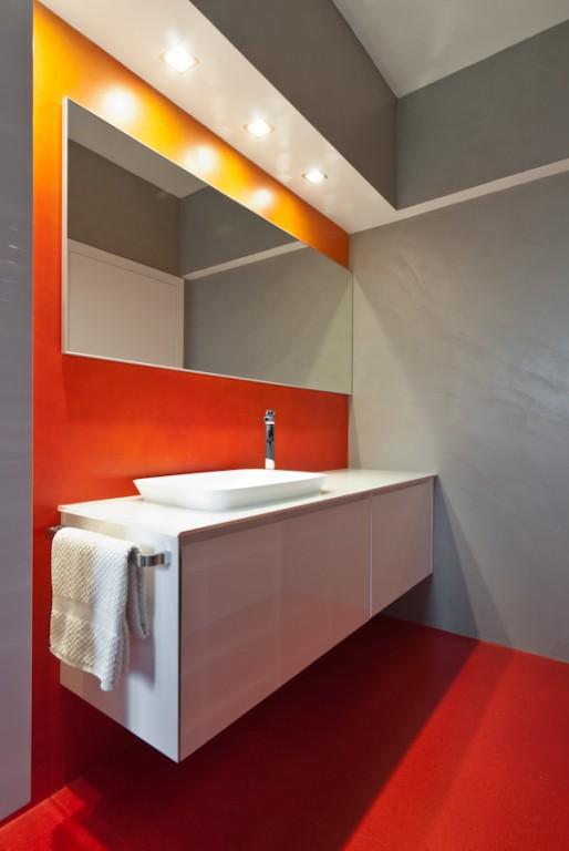 Parete Grigia E Viola : Intersezione tra parete arancio rossa e grigia ...