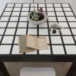 Tavolo in legno rivestito in resina - decoro geometrico a rilievo